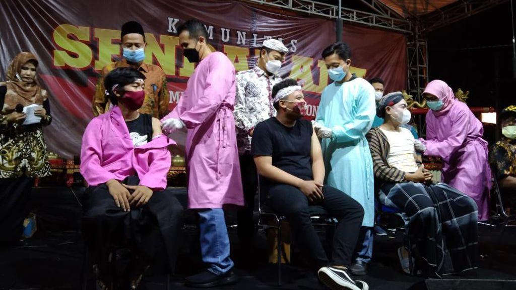 Ratusan Seniman Lamongan Pentaskan Ludruk Lakon Sarip Tambak Oso Usai Divaksin