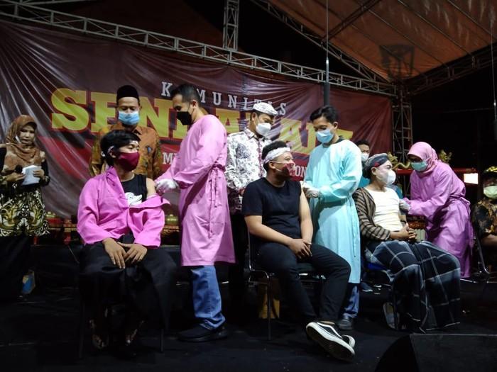 Ratusan seniman dan budayawan Lamongan menggelar ludruk di depan kantor Dinas Pariwisata dan Kebudayaan (Disparbud) yang mengambil lakon Sarip Tambak Oso. Pagelaran ini dilakukan setelah mereka mendapat vaksinasi COVID-19.