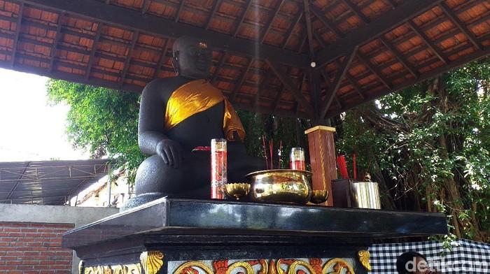 Nama aslinya adalah Arca Budha Mahasobhya. Namun itu lebih dikenal oleh warga Surabaya dengan sebutan Arca Joko Dolog.