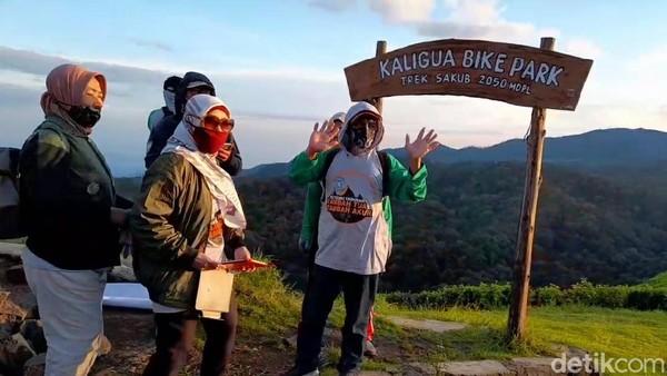 Ex anggota pecinta alam Togreds di Brebes, Jawa Tengah kembali mendaki di lereng Gunung Slamet, tepatnya di Puncak Sakub, Kebun teh Kaligua.(Imam Suripto/detikcom)