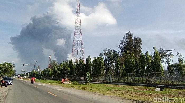 Kilang minyak Pertamina di Balongan, Indramayu terbakar pada Senin (29/3/2021) dini hari. Hingga siang ini, asap hitam masih terlihat membubung dari kilang yang terbakar.
