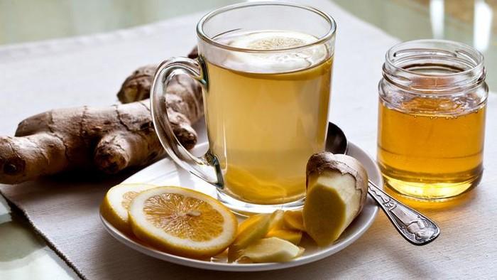 racikan teh hijau campur jahe, lemon, dan madu