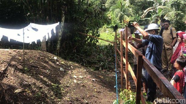 Tim BPPT mensurvei tanah kuburan di Padang Parimaman yang 'menggelembung' untuk memastikan kondisi permakaman. (Jeka Kampai/detikcom)