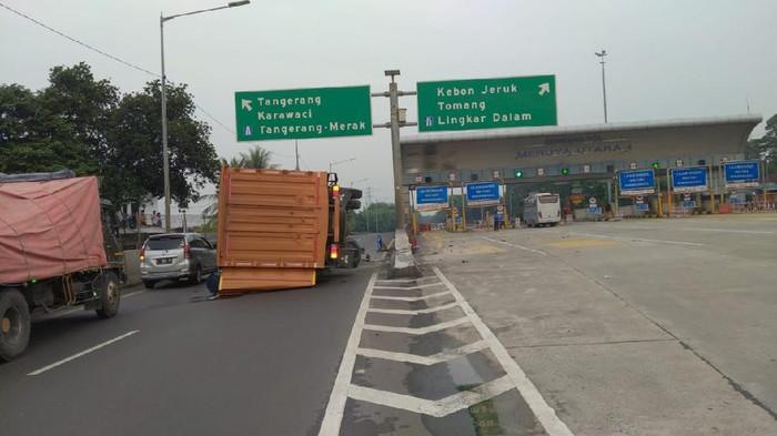 Truk muatan cairan kimia methanol terguling di exit tol KM 9 Tol JORR. Foto dikirim narasumber