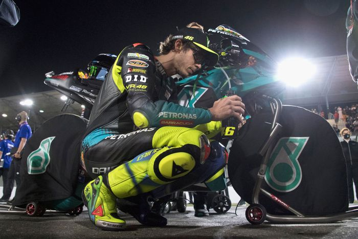 DOHA, QATAR - MARCH 28: Valentino Rossi of Italy and Petronas Yamaha SR  prepares to start during the MotoGP race during the MotoGP of Qatar - Race at Losail Circuit on March 28, 2021 in Doha, Qatar. (Photo by Mirco Lazzari gp/Getty Images)