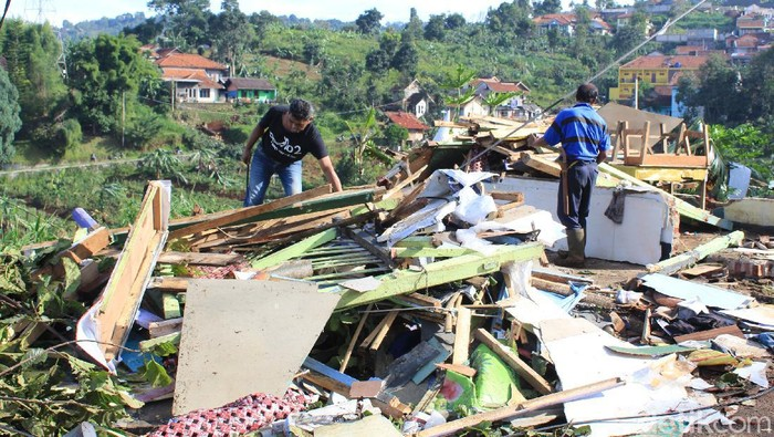 Warga bersihkan puing bangunan yang ambruk diterjang puting beliung.