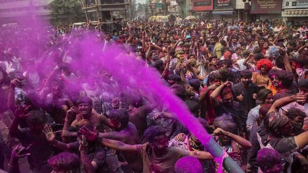 Orang-orang India menari selama perayaan festival Holi di Gauhati, India, Senin (29/3/2021) waktu setempat. AP Photo/Anupam Nath