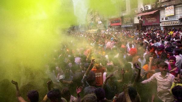 Di India, festival Holi dirayakan meriah meski di tengah pandemi. AP Photo/Anupam Nath