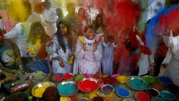 Di Pakistan, Festival Holi juga tampak dirayakan meriah. AP Photo/K.M. Chaudary