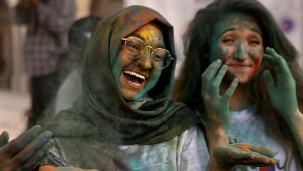 Puncak perayaan Holi disebut Dhulheti, Dhulandi, atau Dhulendi. Pada hari itu, orang merayakan Holi dengan saling melemparkan bubuk berwarna-warni atau saling menyiramkan air berwarna-warni. AP Photo/K.M. Chaudary