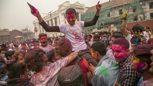 Festival Holi juga dirayakan di Nepal. AP Photo/Niranjan Shrestha