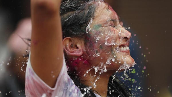 Perayaan Holi sangat digemari warga karena dianggap membawa kebahagiaan. AP Photo/Niranjan Shrestha
