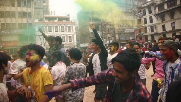 Mulai dari anak-anak hingga orang dewasa ikut merayakan festival Holi. AP Photo/Niranjan Shrestha