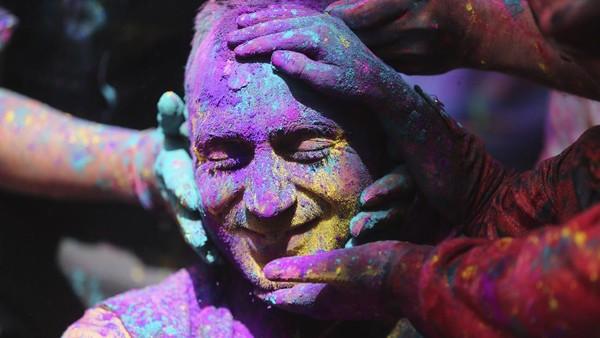 Holi atau Festival Warna adalah festival awal musim semi yang dirayakan di India, Nepal, Pakistan, dan negara yang memiliki penduduk beragama Hindu. AP Photo/Anupam Nath