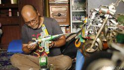 Keren! Kakek Ade Berhasil Ubah Kaleng Bekas Jadi Miniatur Pesawat-Motor