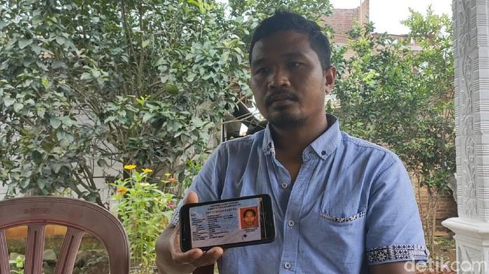 Adik korban TKI yang ditemukan meninggal di Perairan Karimun, Triyono saat ditemui di rumah duka Karanganyar