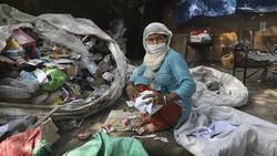 Pemulung di India sering dianggap bukan pekerja penting dan tidak memenuhi syarat untuk vaksinasi. Namun merekalah yang membantu kota untuk menjaga kebersihan.