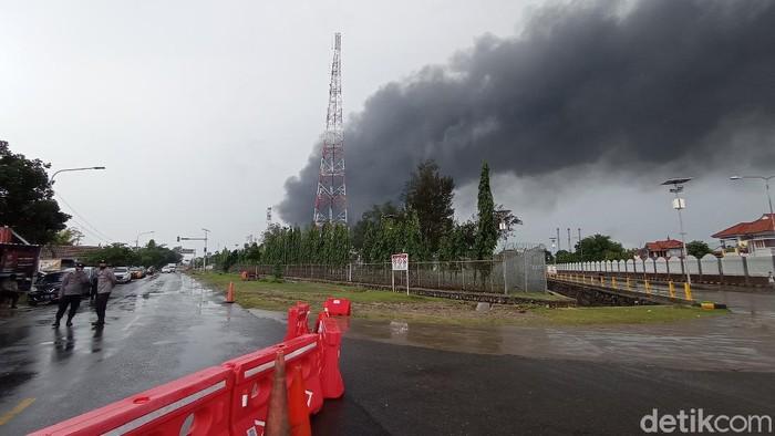 Asap hitam membumbung tinggi di lokasi kebakaran kilang Pertamina Balongan.