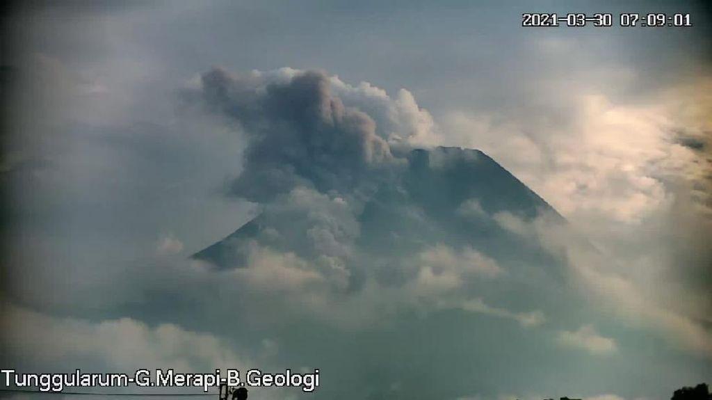 Hujan Abu Gunung Merapi Guyur 3 Kecamatan di Magelang