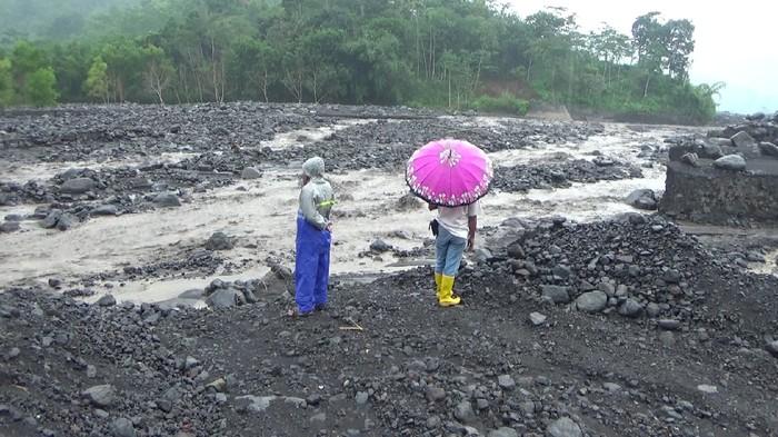 Banjir lahar hujan gunung Semeru menerjang sungai Leprak desa Sumber wuluh  kecamatan Candipuro Lumajang setelah kawasan gunung Semeru diguyur hujan.