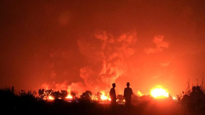Petugas masih berupaya padamkan api yang membakar tangki Pertamina di Balongan, Indramayu. Kobaran api dan asap hitam pekat masih terlihat di area terdampak.