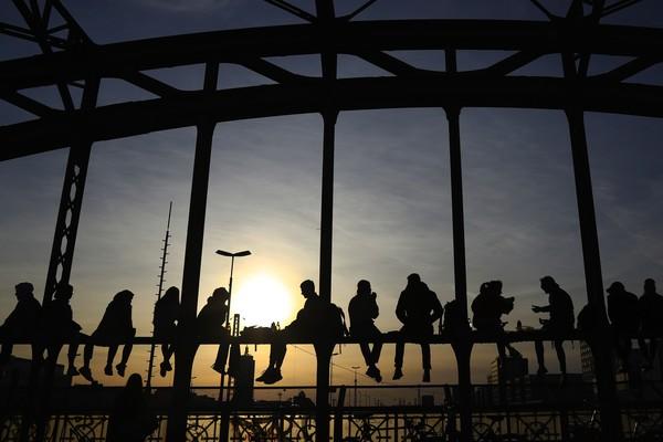 Bagaimana sunset di kota mu? ( AP/Matthias Schrader)