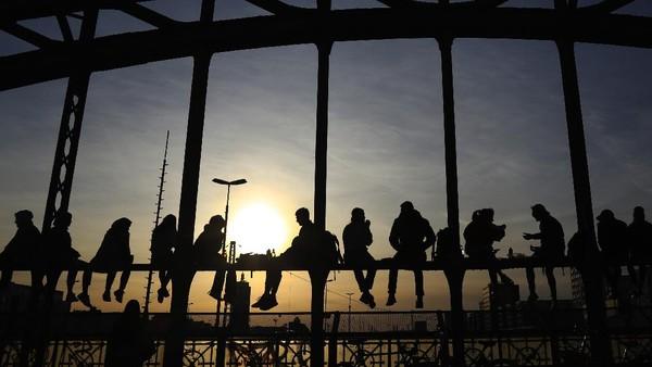 Setiap sore, jembatan Hackerbrucke dipenuhi warga yang ingin menikmati indahnya matahari terbenam.