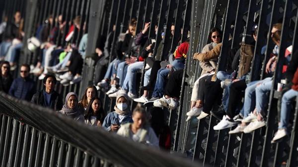 Mengajak kerabat dekat, para muda mudi ini akan duduk di kerangka jembatan.