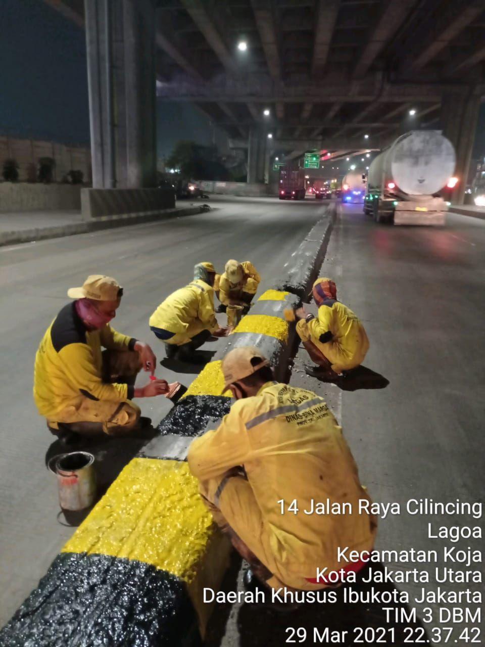 Dinas Bina Marga DKI kembali mengecat pembatas Jl Raya Cilincing yang berbahaya. (Dok Dinas Bina Marga DKI Jakarta)