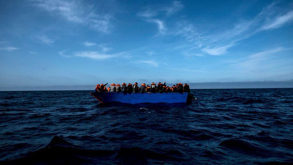 Momen Evakuasi 59 Imigran yang Terombang-ambing di Laut Mediterania