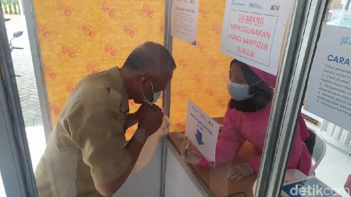 Ada kabar gembira bagi pengguna jasa kereta api di Lamongan. Kini, PT KAI telah menambah 2 stasiun yang melayani tes GeNose C19 di Daop 8. Dua stasiun tersebut adalah Lamongan dan Sidoarjo.