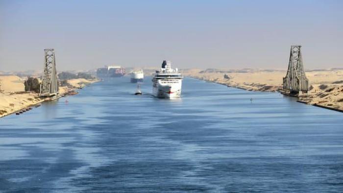 Kapal kontainer dan kapal pesiar di Terusan Suez