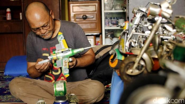 Di tangan Ade Syaripudin (70) kaleng bekas diolah jadi miniatur vespa-motor gede. Beragam miniatur itu pun menghasilkan cuan yang cukup menjanjikan. Penasaran?
