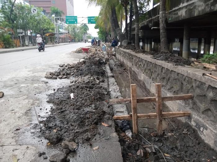 Kondisi kolam olakan dan saluran air di Jalan RE Martadinata, Ancol Jakarta Utara, Selasa (30/3/2021).