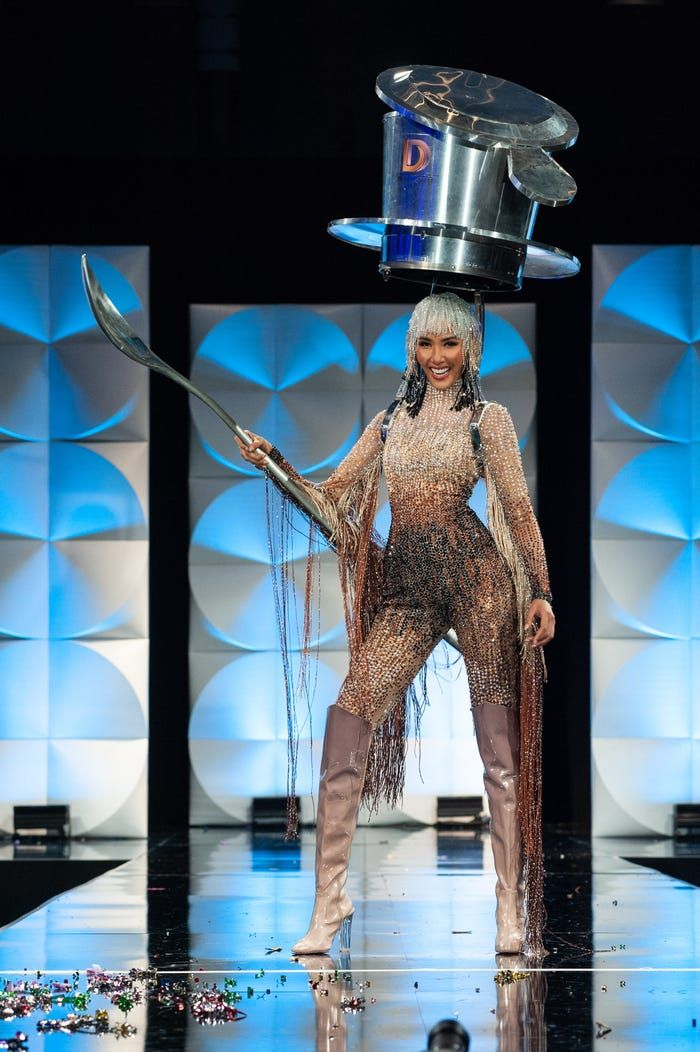 Grande! Kostum Peserta Kontes Kecantikan Ini Terinspirasi dari Makanan