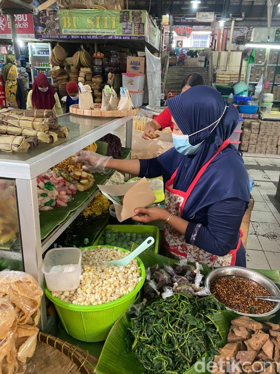 Jajan Lenjongan Yu Sum yang Empuk Manis di Pasar Gede