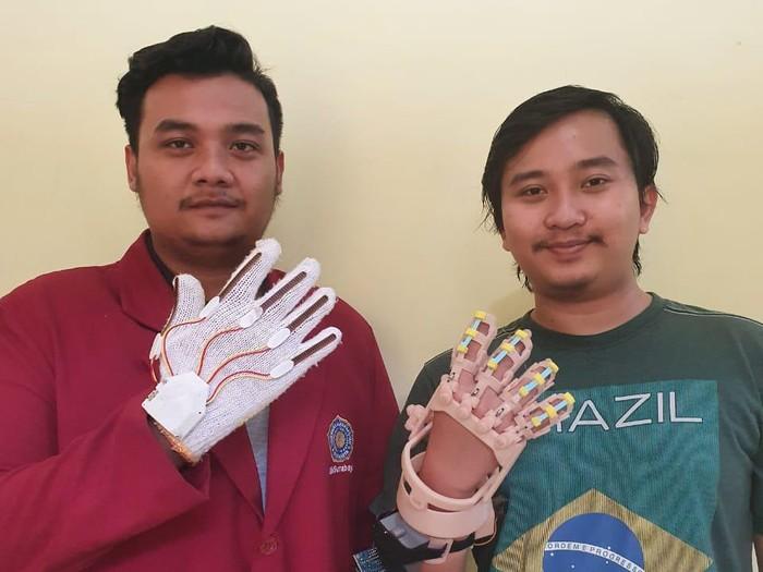 Mahasiswa UM Surabaya Bikin Alat Penggerak Jari Bantu Terapi Pasien Stroke
