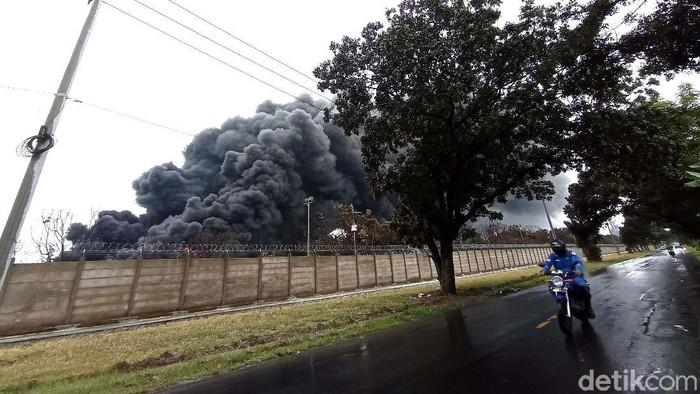 Kebakaran yang terjadi di kilang Pertamina RU VI Balongan, Kabupaten Indramayu, belum pada. Begini kondisi terkininya.