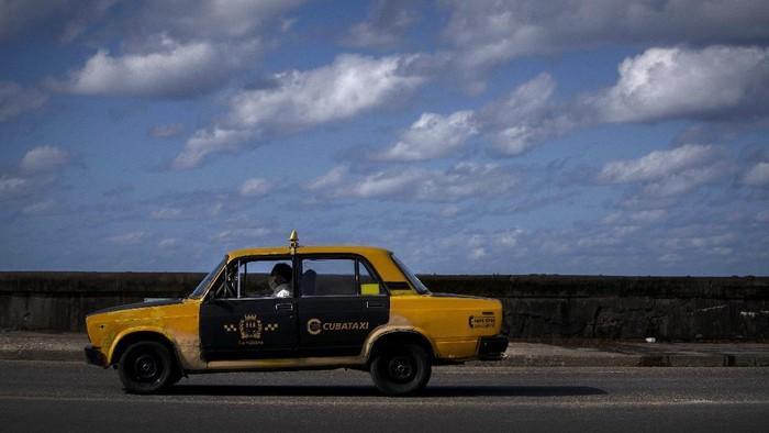 Lada yang wara-wiri di jalanan Kuba bukan bumbu dapur, melainkan mobil buatan Rusia yang diproduksi tahun 1970-an. Meski lawas, mobil ini cukup diminati di Kuba