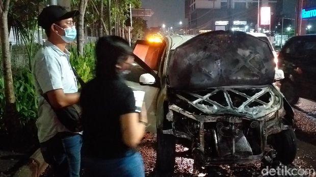 mobil terbakar di surabaya
