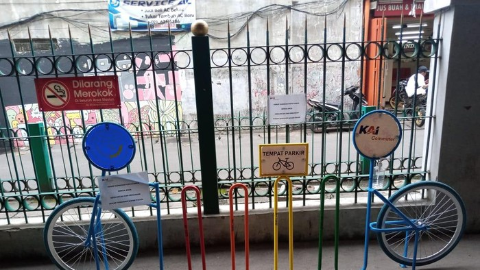 Parkir sepeda di Stasiun Jayakarta