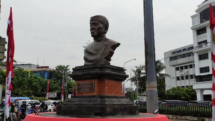 Peresmian monumen Ki Nartosabdo di dekat alun-alun Kota Semarang dan foto perwakilan keluarga, Dhanang Respati Puguh saat berdiri di depan monumen.