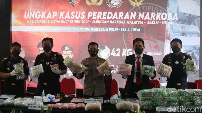 Polisi menggagalkan upaya penyelundupan narkoba jaringan Malaysia melalui jalur laut di wilayah perairan Indonesia. Polisi mengamankan 42,3 Kg sabu dan 40.038 butir ekstasi.