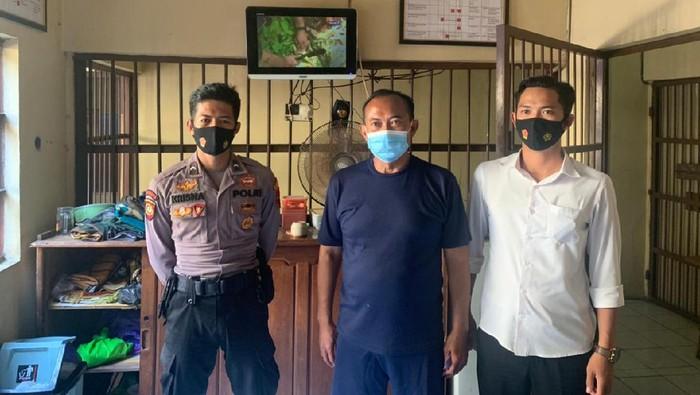 Polisi menahan dua tersangka dugaan korupsi proyek pembangunan Jalan Lodan Kalipang Kecamatan Sarang, Rembang, Selasa (30/3/2021).