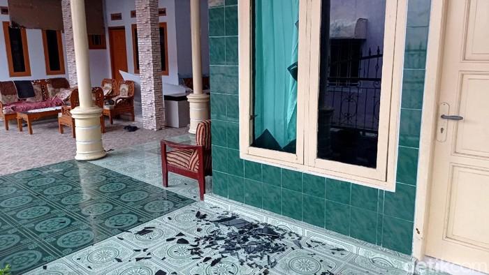 Sejumlah rumah rusak akibat kebakaran di PT Pertamina RU VI Balongan, Kabupaten Indramayu. Kerusakan rata-rata terjadi pada bagian kaca jendela dan plafon rumah