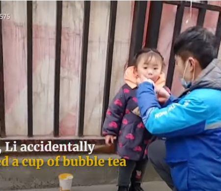 Sedih! Balita Ini Ditaruh di Dalam Termos Es Saat Ikut Ayahnya Antar Makanan