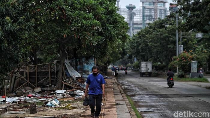Sejumlah lapak pedagang di kawasan Taman BMW terdampak pembangunan Jakarta International Stadium (JIS). Lapak itu kini mulai ditertibkan. Berikut potretnya.