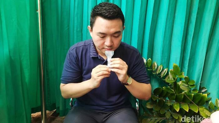 Tes COVID-19 yang dinilai akurat dan biasa digunakan yakni swab PCR. Namun ada yang menghindari tes ini saat puasa, karena dalam prosesnya harus memasukkan alat ke dalam hidung atau tenggorokan. Maka dari itu, tes Saliva (menggunakan air liur) dinilai bisa menjadi salah satu pilihan tes Corona saat puasa.