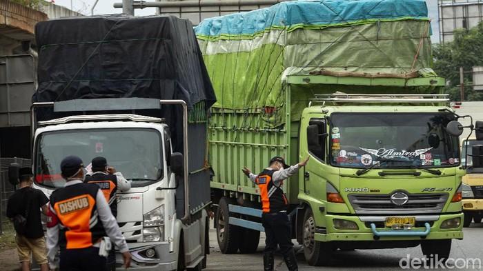Petugas gabungan dari Dishub hingga TNI-Polri gelar operasi rutin di kawasan Jakarta Barat. Dalam operasi itu sejumlah truk kelebihan muatan turut ditilang petugas.