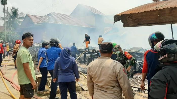 Video sejumlah warga di Kutai Timur, Kaltim, terlibat saling dorong dengan petugas damkar viral di medsos. (dok Polres Kutim)